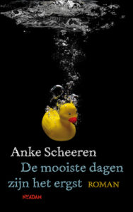 De mooiste dagen zijn het ergst by Anke Scheeren book cover. Image on cover is of a sinking rubber duckie that has bubbles coming out of its body underwater.